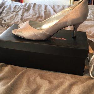 Size 9 women's Nina dress shoes silver